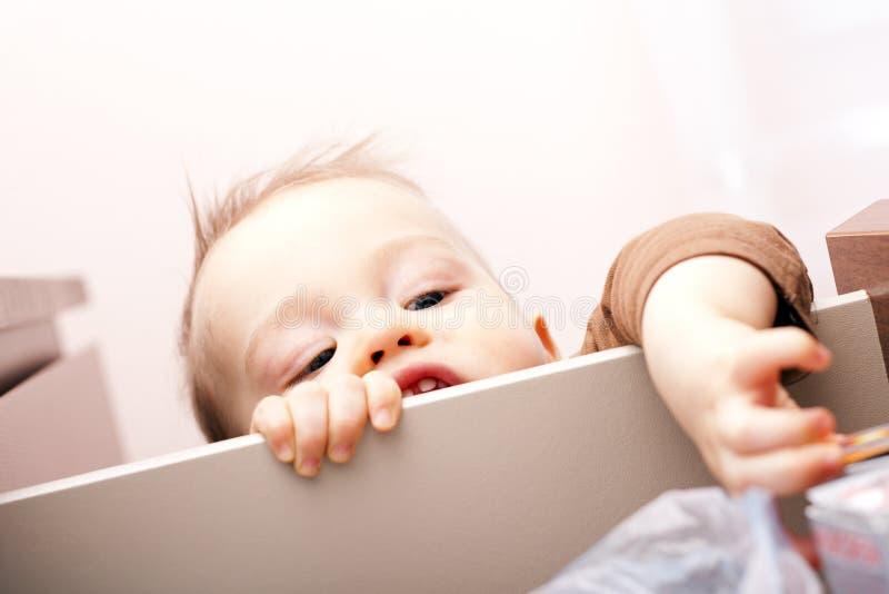 Emballe un garçon dans le cabinet. photo libre de droits