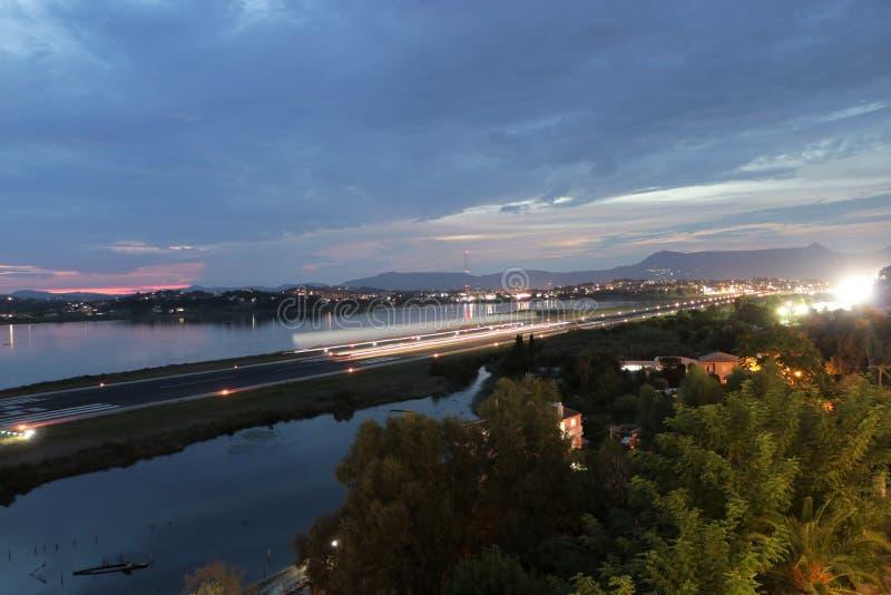 Emballement d'aéroport de Corfou au crépuscule photographie stock libre de droits