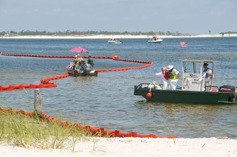 Emballement pétrolier pour protéger la plage images stock