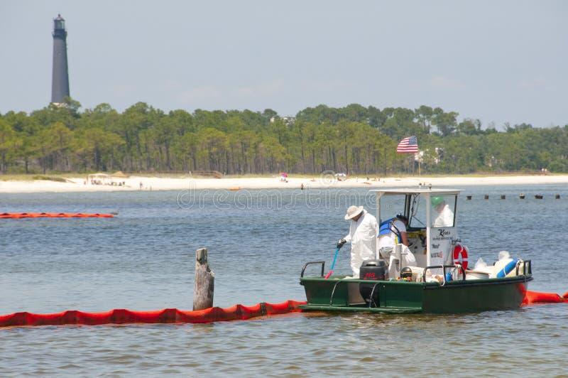Emballement pétrolier pour protéger la plage photos stock