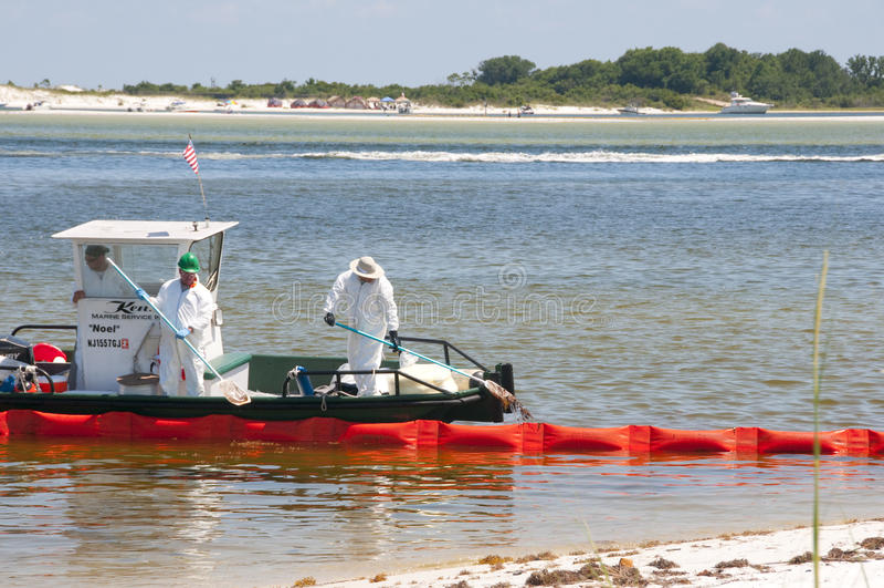 Emballement pétrolier pour protéger la plage photographie stock