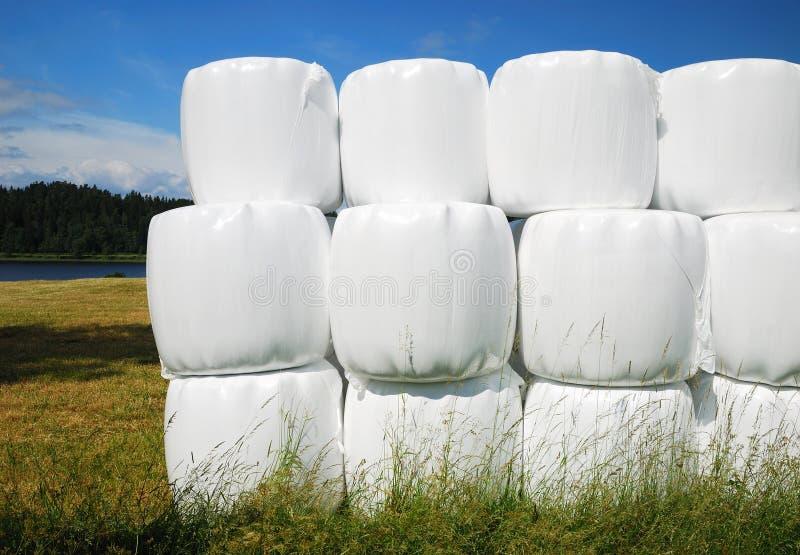 emballerade jordbruks- baler staplar sugrör arkivfoto