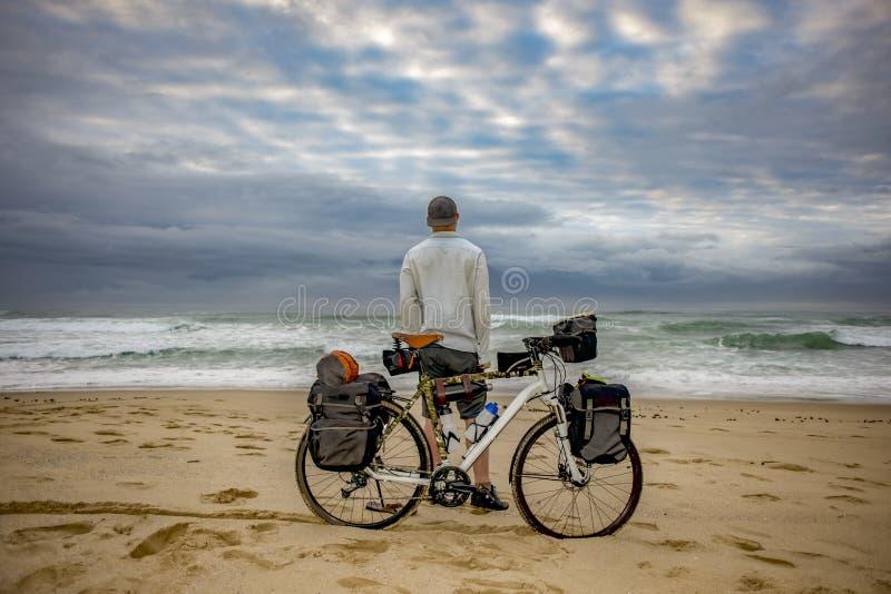 Download Emballeur De Cycle Avec La Bicyclette Sur La Plage Image stock - Image du avant, ouvert: 87706065