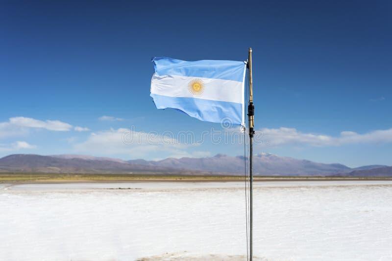 Embandeire nos Salinas Grandes em Jujuy, Argentina. imagens de stock royalty free