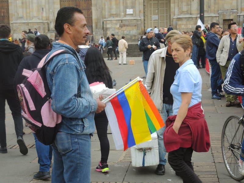 Embandeire o vendedor ambulante no protesto em Bogotá, Colômbia imagens de stock