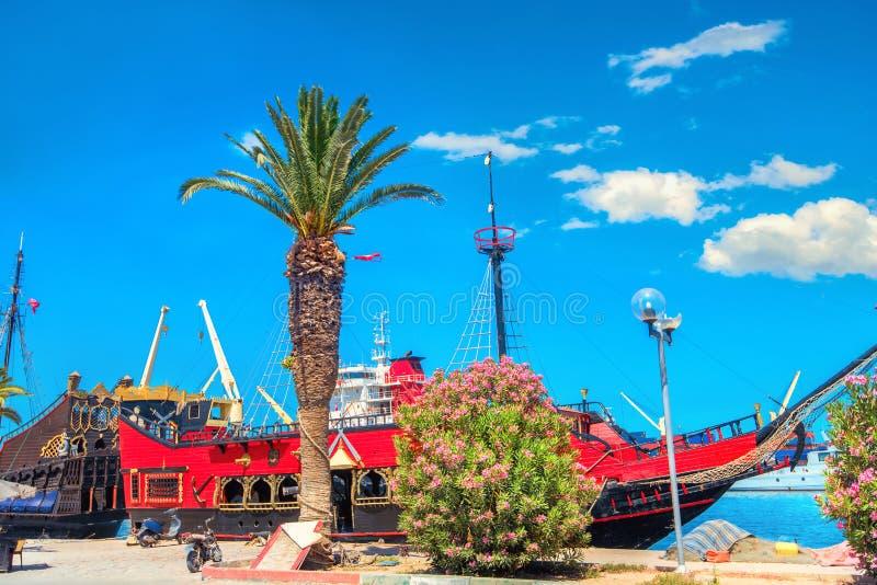 Embanderamiento con una hermosa vieja nave para excursiones en Susa. T?nez, ?frica del Norte foto de archivo libre de regalías