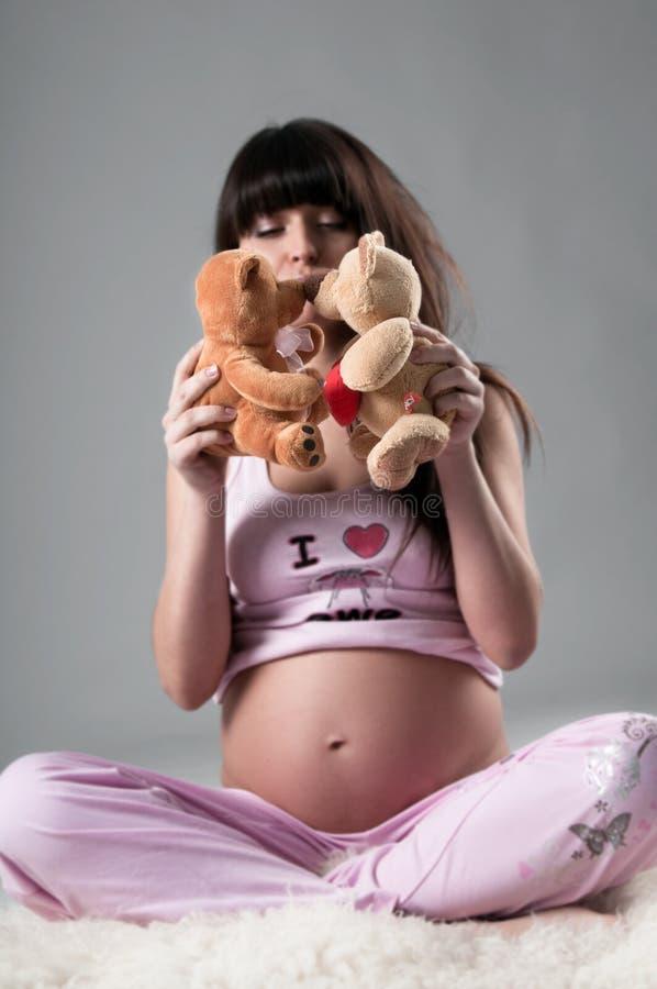 Embarazado con el oso fotografía de archivo