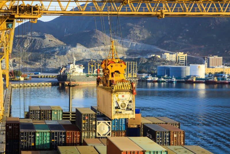 Embarcação ao lado no porto de Khorfakkan, Emiratos Árabes Unidos imagens de stock