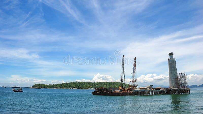 Embarcação da fonte ao lado de Jack Up Drilling Rig Over a pouca distância do mar o P imagens de stock