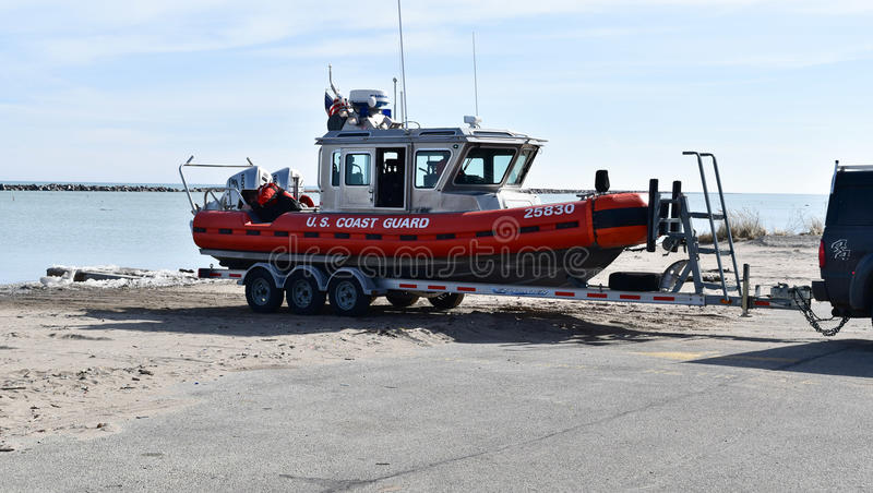 Embarcação da guarda costeira na costa do Lago Michigan imagens de stock royalty free