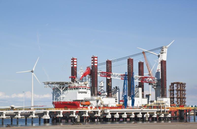 Embarcação da instalação da turbina, Eemshaven, Países Baixos fotografia de stock