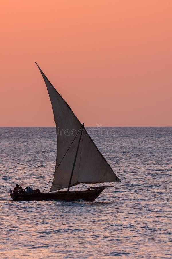 Embarcação de navigação tradicional do Dhow na luz da noite fotografia de stock