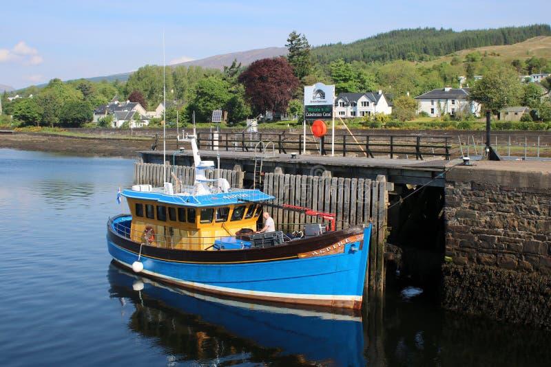 Embarcação de pesca amarrada ao cais fotografia de stock