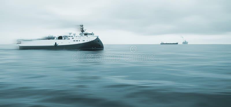 Embarcação de pesquisa a pouca distância do mar no Mar do Norte ocupado do campo petrolífero foto de stock
