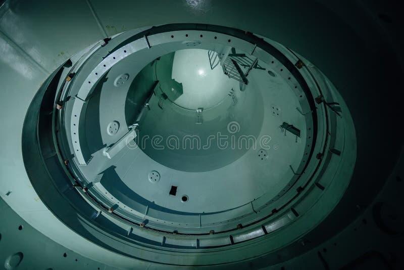 Embarcação de reator inacabado interna do central nuclear abandonado Vista inferior da abóbada do metal fotografia de stock royalty free