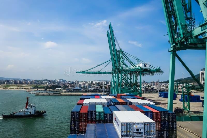 Embarcação de recipiente ao lado no porto de Shantou, China imagem de stock
