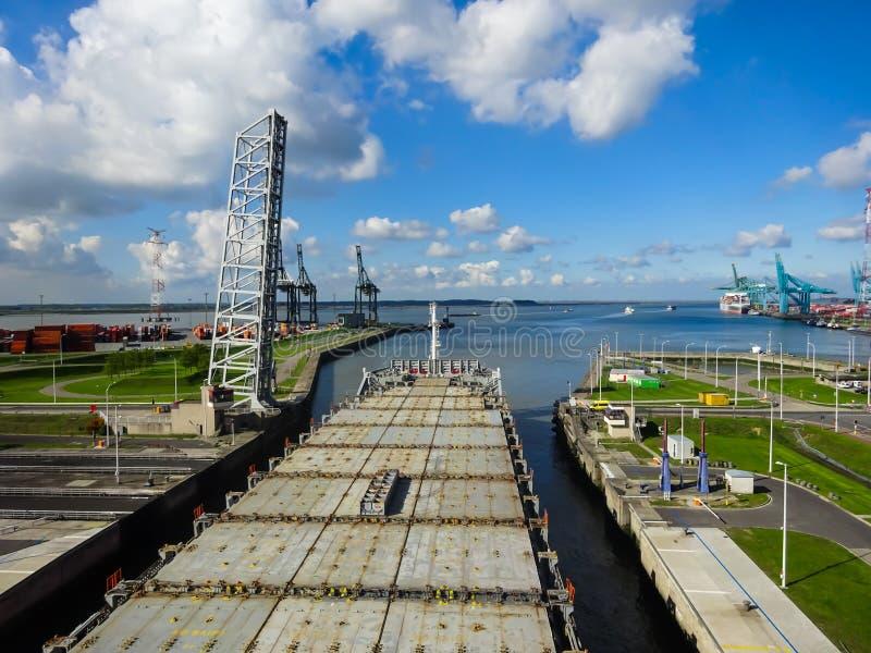 Embarcação dentro do fechamento de Berendrechtsluis, Antuérpia, Bélgica imagem de stock royalty free