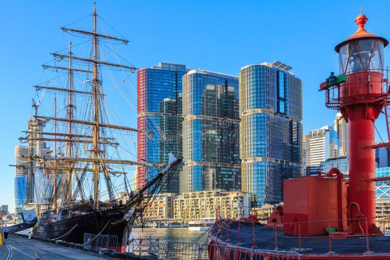 Embarcação histórica 'James Craig 'e barco-farol em Darling Harbour, Sydney, Austrália foto de stock