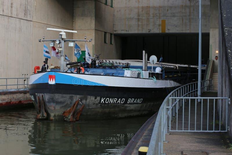 A embarcação interna Konrad Brand da água do frete passa o fechamento Eckersmuehlen no canal de Reno-Principal-Danúbio em Baviera foto de stock