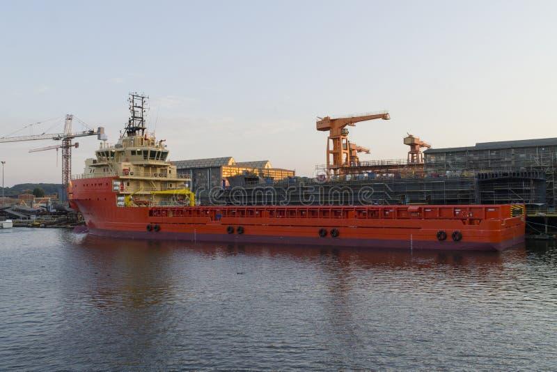 Embarcação a pouca distância do mar da construção no estaleiro. foto de stock