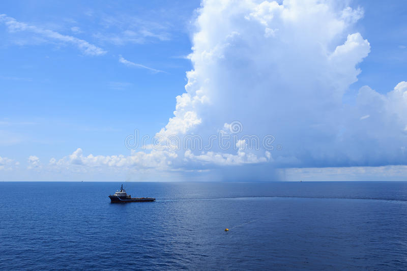 Embarcação a pouca distância do mar da fonte para o equipamento de perfuração para a exploração do petróleo foto de stock royalty free