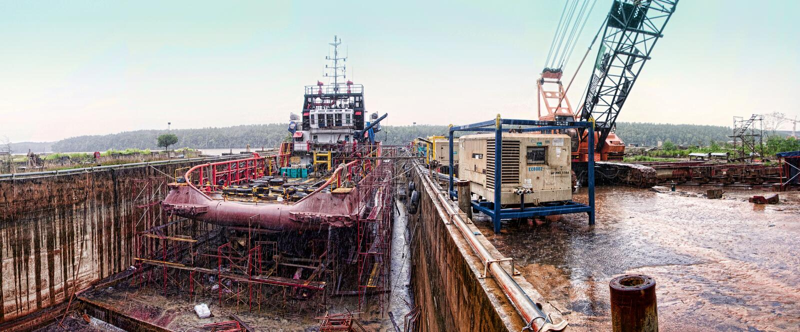 Embarcação a pouca distância do mar no drydock durante chover fotografia de stock royalty free