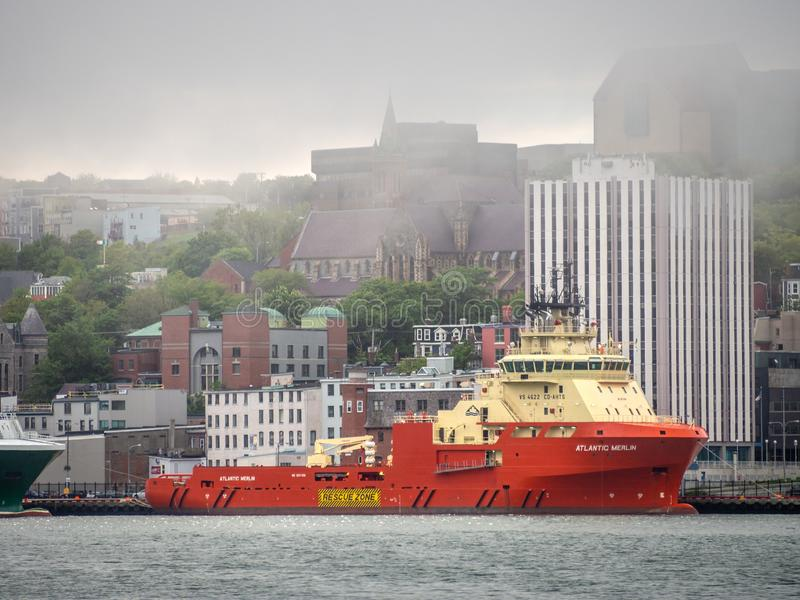 Embarcação a pouca distância do mar no porto imagem de stock royalty free