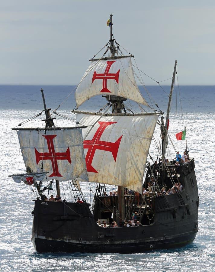 A embarcação Santa Maria do ot da réplica está passando o porto de Funchal foto de stock