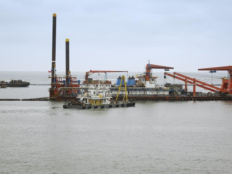 Embarcações da produção de petróleo e navios de fonte imagens de stock royalty free
