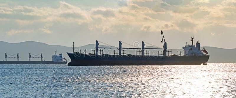 Embarcações de carga na ancoragem, Grécia foto de stock