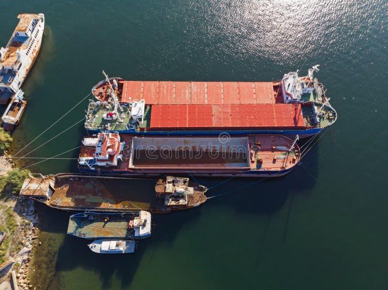 Embarcações de carga velhas de cima de foto de stock