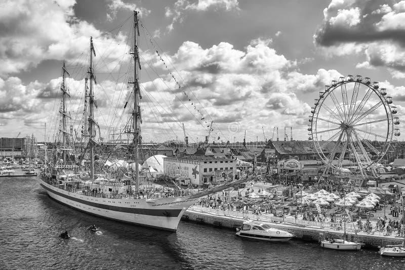 Embarcações de navigação e um parque de diversões na ilha de Lasztownia no final das raças altas 2017 dos navios em Szczecin imagem de stock
