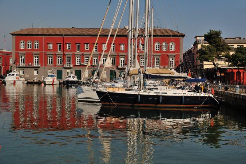 Embarcações de navigação na porta de Nápoles fotos de stock royalty free