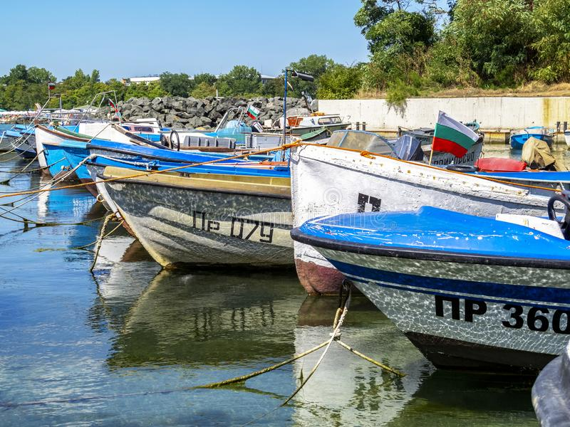 Embarcações de pesca num porto costeiro búlgaro do Mar Negro foto de stock
