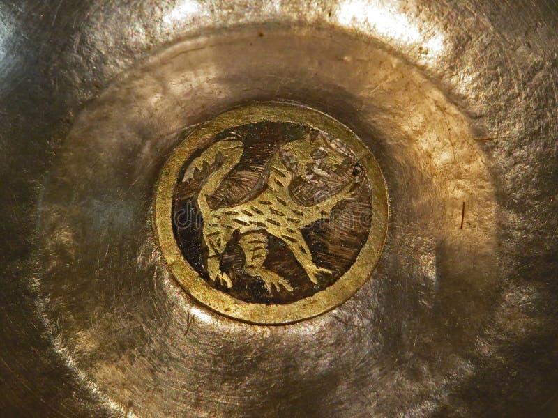 Embarcações rituais thracian antigas da prata e do ouro com leão imagens de stock royalty free