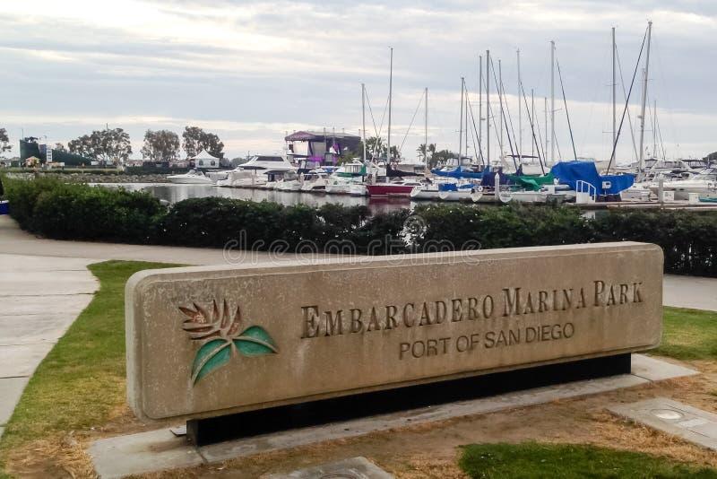 Embarcadero小游艇船坞公园-圣地亚哥混凝土标志口岸  免版税库存图片