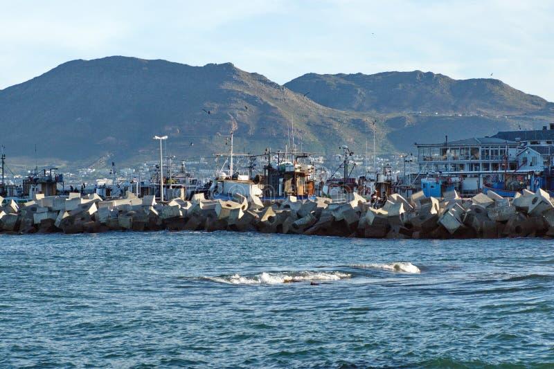 Embarcadero alrededor de un puerto deportivo foto de archivo