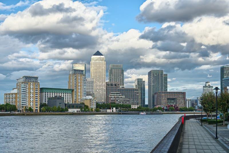 Embarcadero amarillo, Londres, Inglaterra, Reino Unido, a través de Thames fotografía de archivo libre de regalías