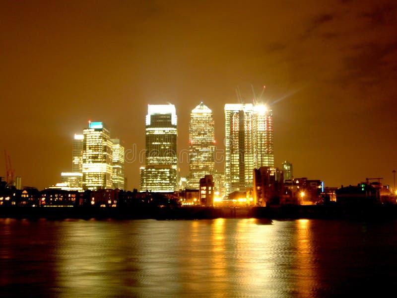 Embarcadero amarillo Londres - por Night imágenes de archivo libres de regalías