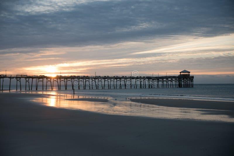 Embarcadero atlántico de la playa en la costa de Carolina del Norte en la puesta del sol fotos de archivo