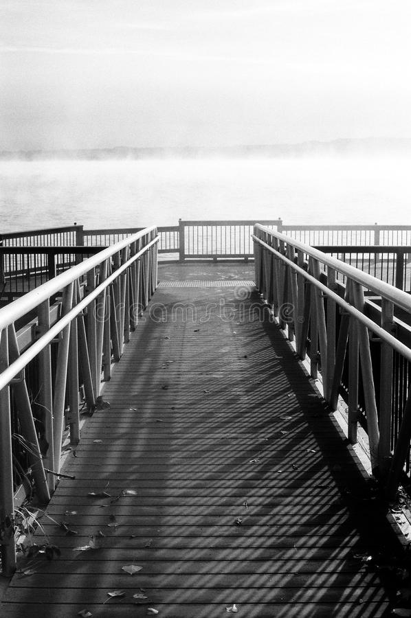 Embarcadero blanco y negro imagen de archivo