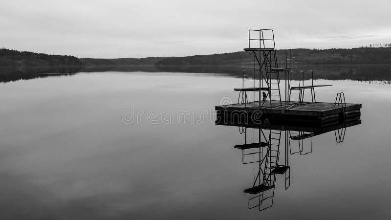 Embarcadero blanco y negro foto de archivo