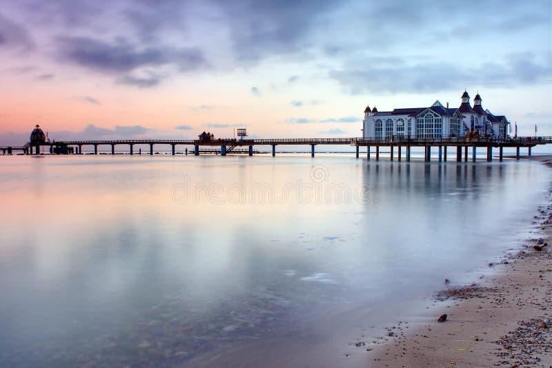 Embarcadero con el restaurante en el mar Báltico, Alemania fotos de archivo libres de regalías