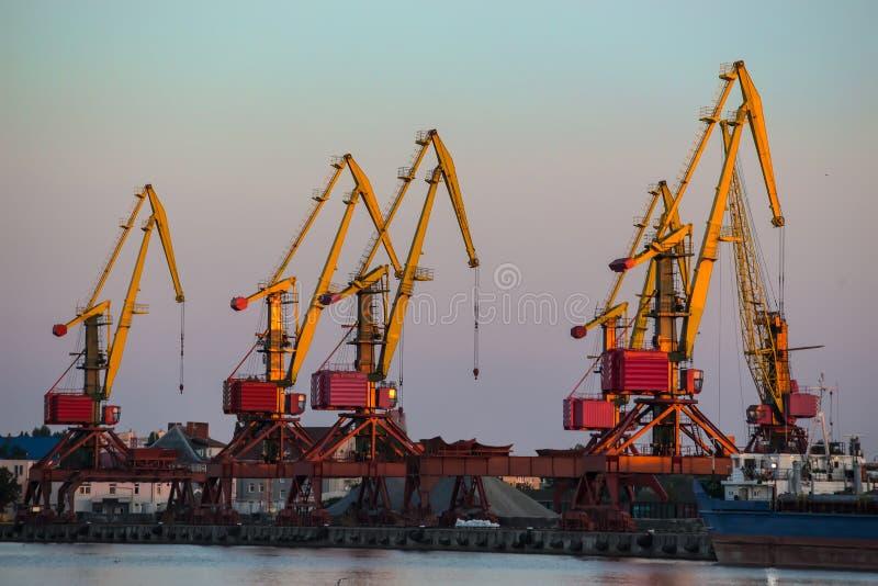 Embarcadero con las grúas portuarias imagen de archivo