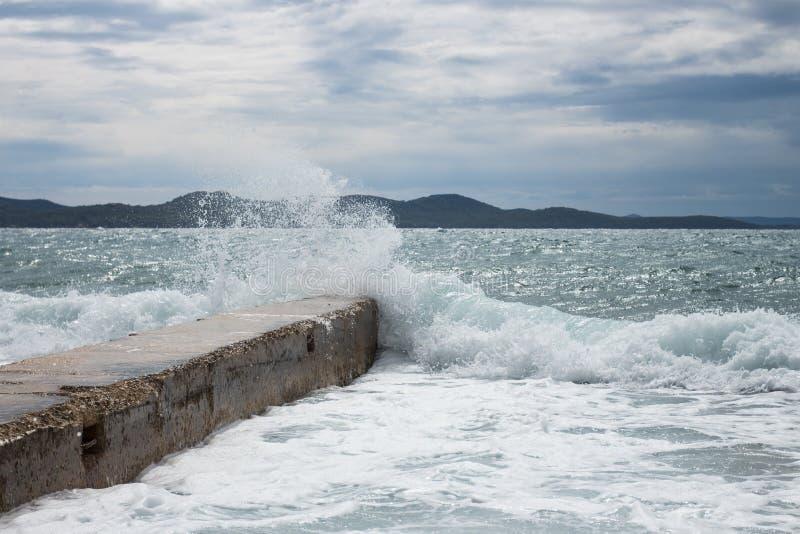 Embarcadero concreto con una onda que se estrella en la opinión de Zadar Croacia en el mar medieterranean fotos de archivo libres de regalías
