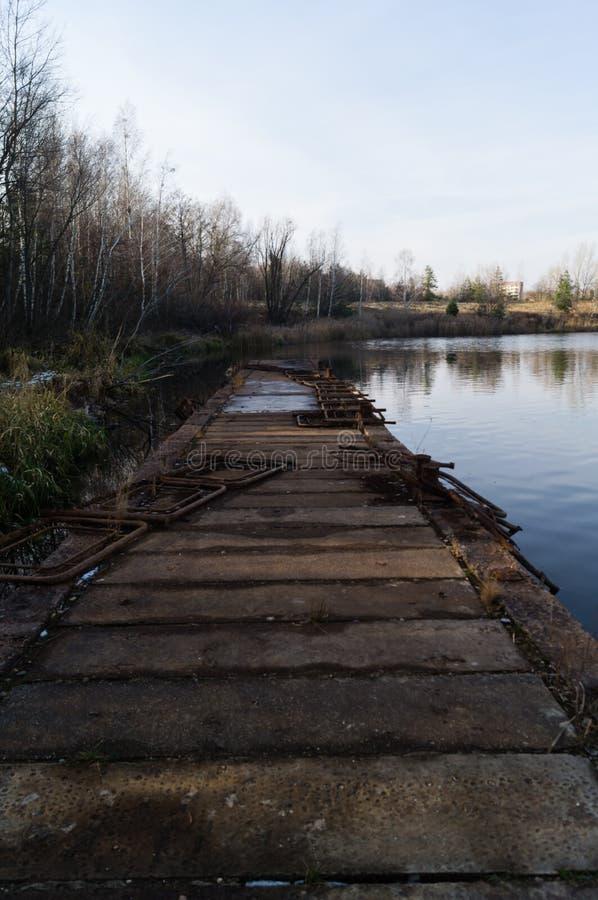 Embarcadero concreto dilapidado imagenes de archivo