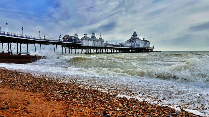Embarcadero de Eastbourne contra el cielo y el mar imagenes de archivo