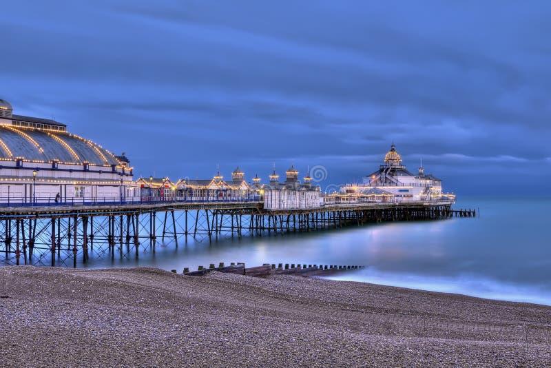 Embarcadero de Eastbourne en la noche fotografía de archivo libre de regalías