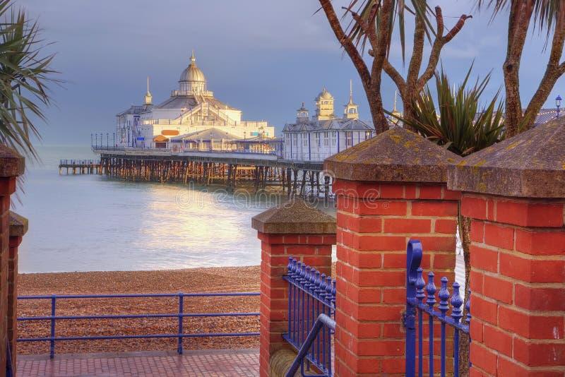 Embarcadero de Eastbourne que toma el sol en sol de la última hora de la tarde fotos de archivo libres de regalías