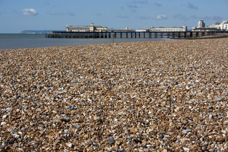 Embarcadero de Hastings con Pebble Beach, Sussex del este imagen de archivo